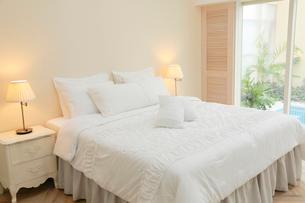スパへとつながるホテルのベッドルームの写真素材 [FYI02030608]