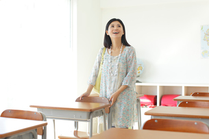 懐かしい教室を訪れた卒業生の写真素材 [FYI02030626]