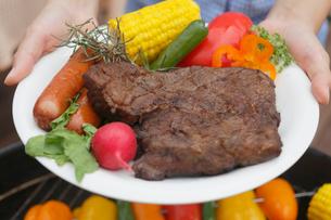 皿に盛られたバーベキューの肉や野菜の写真素材 [FYI02030654]