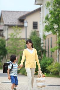 手を繋いで歩くランドセルの男の子とママの写真素材 [FYI02030657]