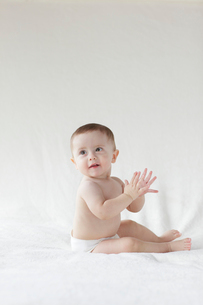 ベッドの上に座っている外国人の赤ちゃんの写真素材 [FYI02030659]