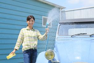 水色の可愛い自動車を洗車する女性の写真素材 [FYI02030706]