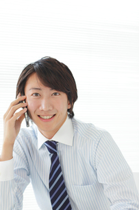 オフィスで電話をする男性の写真素材 [FYI02030707]