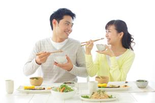 朝食を食べる新婚夫婦の写真素材 [FYI02030709]
