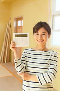 計算機を手に笑顔の女性の写真素材 [FYI02030714]