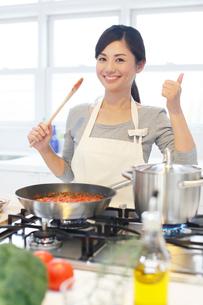 トマトソースを作る女性の写真素材 [FYI02030721]