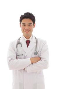 優しい笑顔の医師の写真素材 [FYI02030741]