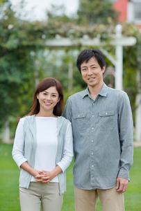 庭で寄り添う夫婦の写真素材 [FYI02030751]