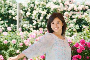 バラの花と黒髪の綺麗な女性の写真素材 [FYI02030765]