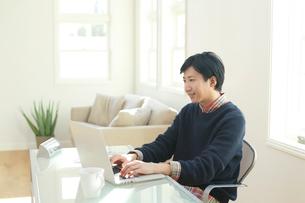 ホームオフィスで仕事をする男性の写真素材 [FYI02030770]