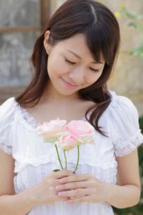 バラの花と若い女性の写真素材 [FYI02030772]
