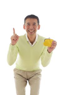 がま口の財布を持つシニアの男性のポートレートの写真素材 [FYI02030775]