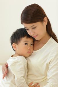 体調の悪い子供と介抱するお母さんの写真素材 [FYI02030798]