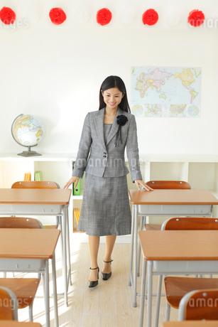 卒業式の日に教室で感慨に浸る先生の写真素材 [FYI02030805]