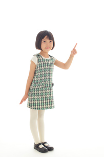 マネキン風ポーズをする昭和レトロな衣装の女の子の写真素材 [FYI02030806]