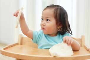 食パンを食べる女の子の写真素材 [FYI02030810]