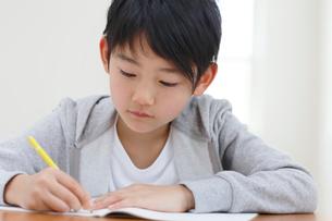 教室で勉強をする男の子の写真素材 [FYI02030812]