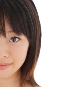 正面を見つめる若い女性の写真素材 [FYI02030832]