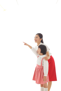 指をさすおかっぱの女の子とお母さんの写真素材 [FYI02030836]