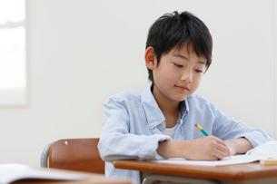 教室で勉強をする男の子の写真素材 [FYI02030840]