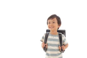 ランドセルを背負う男の子の写真素材 [FYI02030843]