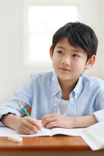 教室で勉強をする男の子の写真素材 [FYI02030851]