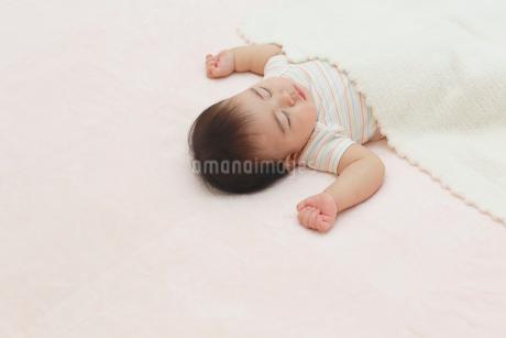 昼寝をする赤ちゃんの写真素材 [FYI02030852]