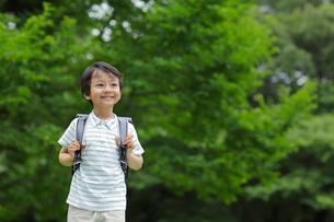 新緑の中ランドセルの男の子の写真素材 [FYI02030864]