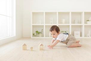 積み木をして遊ぶハーフの赤ちゃんの写真素材 [FYI02030866]