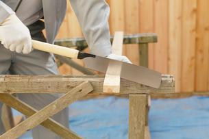 木材を切る大工の男性の手元の写真素材 [FYI02030871]