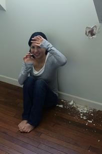 暴力に怯える女性の写真素材 [FYI02030883]