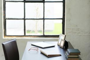 窓辺にデスクのある海外のオフィスイメージの写真素材 [FYI02030887]