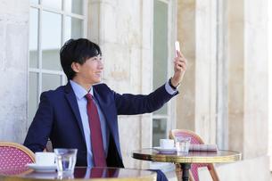 カフェで寛ぐビジネスマンの写真素材 [FYI02030895]