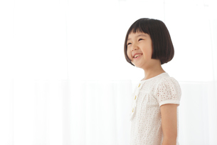 清楚な白いワンピース姿のおかっぱの女の子の写真素材 [FYI02030925]