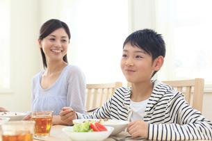 おいしそうにカレーを食べるお母さんと子どもの写真素材 [FYI02030932]