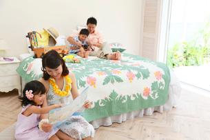 南国リゾートの旅行を楽しむ家族の写真素材 [FYI02030945]