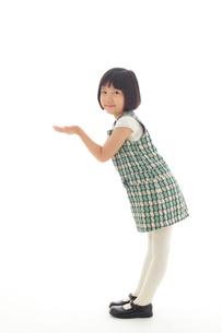 マネキン風ポーズをする昭和レトロな衣装の女の子の写真素材 [FYI02030952]