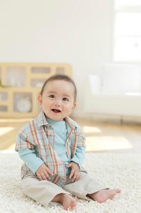 リビングに座る赤ちゃんの写真素材 [FYI02030958]