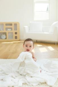 タオルに囲まれた裸の赤ちゃんの写真素材 [FYI02030962]