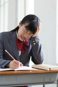 授業中に体調が悪くなる女子高生の写真素材 [FYI02030966]