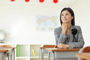 卒業式の日に教室で感慨に浸る先生の写真素材 [FYI02031003]