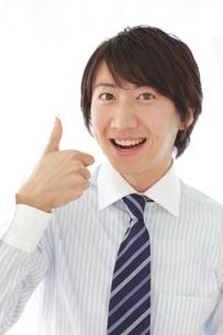 OKポーズをするビジネスマンの写真素材 [FYI02031017]