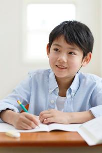 教室で勉強をする男の子の写真素材 [FYI02031048]