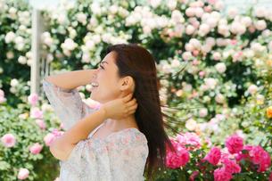 バラの花と黒髪の綺麗な女性の写真素材 [FYI02031049]
