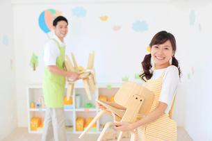 教室の片づけをする男女の幼稚園の先生の写真素材 [FYI02031052]