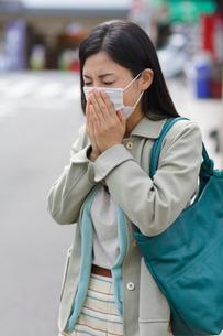 マスクをした風邪ぎみの女性の写真素材 [FYI02031054]
