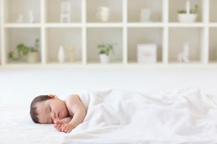 リビングでお昼寝をする赤ちゃんの写真素材 [FYI02031066]