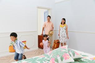 南国リゾートの旅行を楽しむ家族の写真素材 [FYI02031070]
