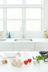 野菜が置かれた明るいキッチンの写真素材 [FYI02031082]