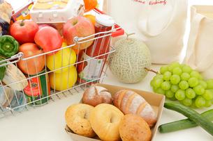 テーブルの上の食料品の写真素材 [FYI02031093]